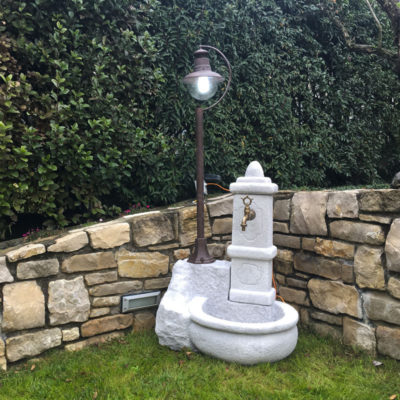 Fontana da giardino con lampada solare