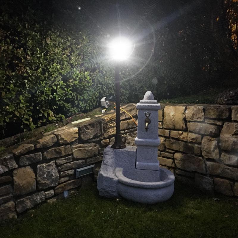 Fontana da giardino con lampada